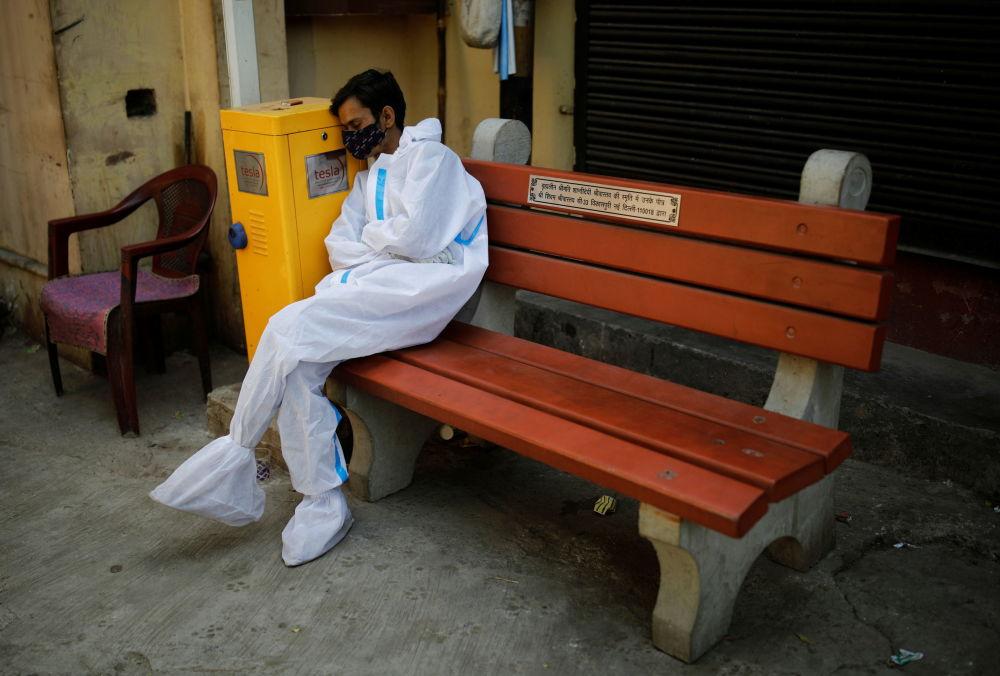 疲惫的医师们在新德里火葬场区域内休息。