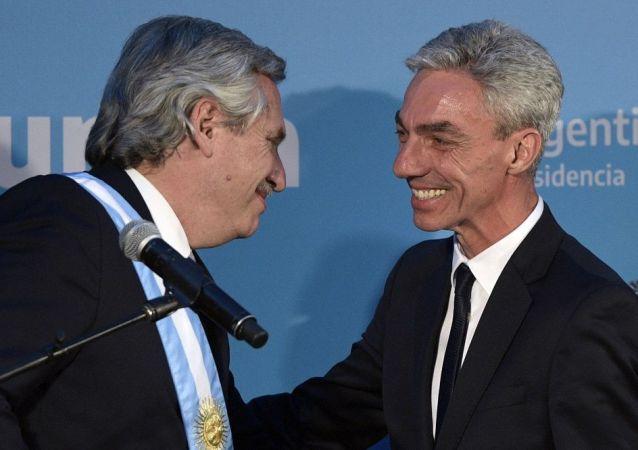 阿根廷总统费尔南德斯(左)与阿根廷交通部长梅奥尼