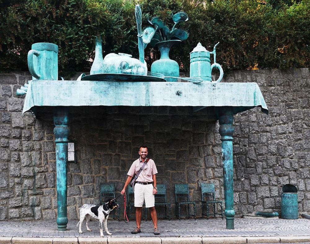 """捷克利贝雷茨市,建筑师大卫•切尔尼设计的""""巨人的盛宴""""公交车站。"""