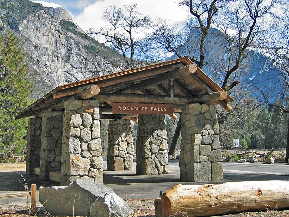 美国约塞米蒂国家公园里的公交车站。