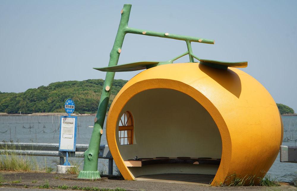 日本橙子形状的公交车站。