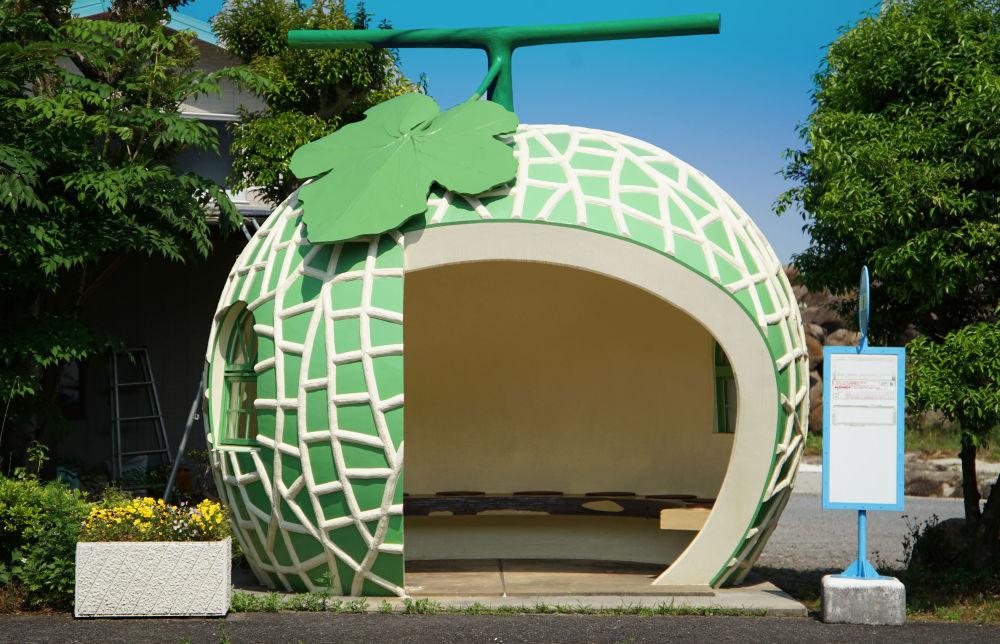 日本长崎县小长井町市的香瓜形状的公交车站。