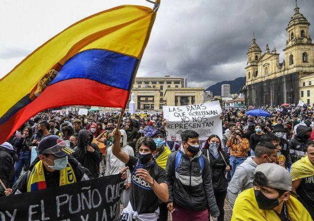 哥伦比亚骚乱导致逾200名警察受伤 185名抗议者被捕