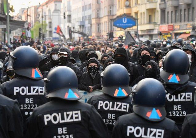 """柏林""""五一""""游行中约240人被拘留 30多名警员受伤"""