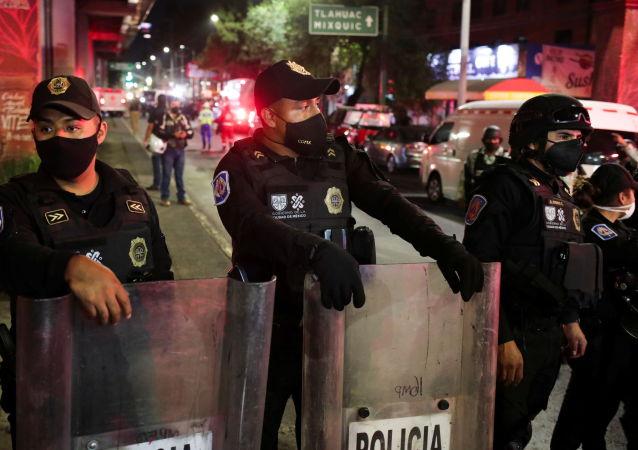 目击者:在墨西哥城与地铁桥一起坍塌的车厢里有很多人