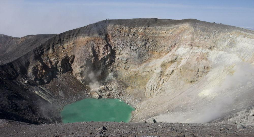 俄千岛群岛埃别科火山喷发出3000米灰柱