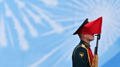 在伟大卫国战争胜利76周年军事阅兵式开始前莫斯科红场上的军人方队。