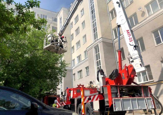 俄紧急情况部:叶卡捷琳堡一居民楼屋顶起火 火灾面积500平方米