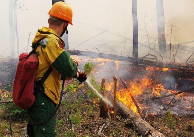 俄罗斯秋明被自然火灾烟雾笼罩