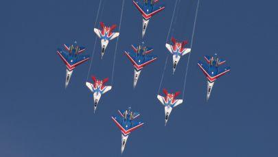 """""""俄罗斯勇士""""特技飞行队的苏-27战斗机和""""雨燕""""特技飞行队的米格-29战斗机在""""军队-2016年""""国际军事技术论坛上进行表演。"""