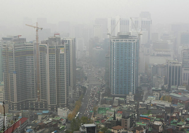 首尔发布超微尘预警建议居民戴口罩