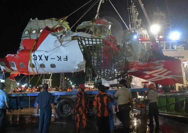 潜水员暂时打捞无法亚航客机黑匣子