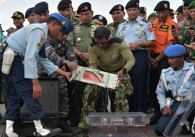 中国专家确认失事亚航飞机的自记器已被捞上水面