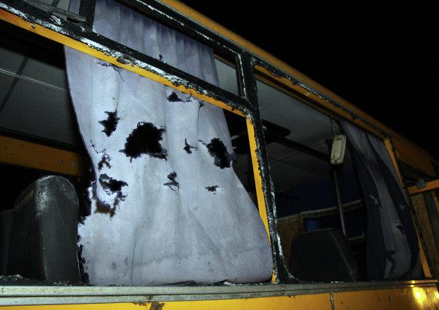 载有乘客的大巴在顿涅茨克州沃尔诺瓦哈居民点旁的检查站遭到射击