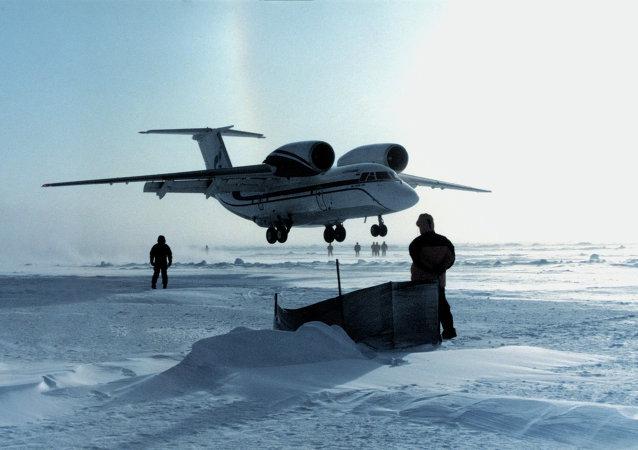 俄空降兵在北极克服了气候复杂障碍