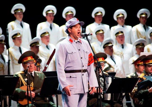 """俄中军队文艺团体在俄远东城市双语唱响名曲""""卡林卡"""""""