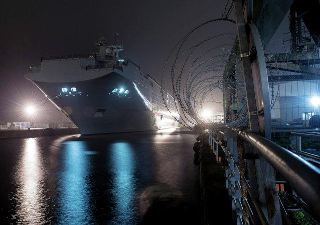 """法国前工贸部长:必须执行向俄提供""""西北风""""级直升机航母合同"""