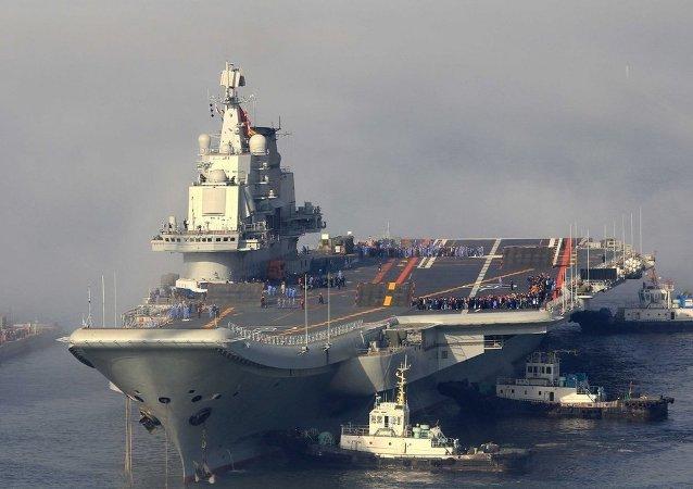 """美国军方代表团访问中国海军唯一航母""""辽宁舰"""""""