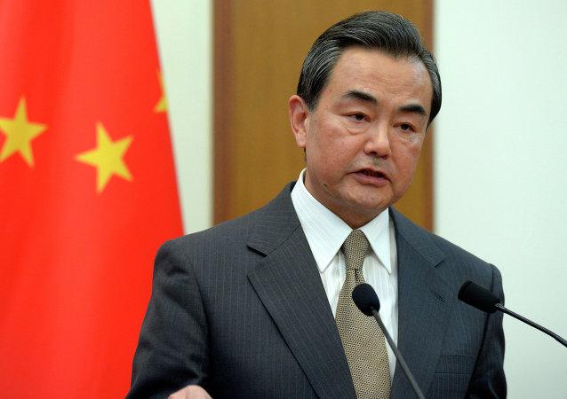中国外长就俄罗斯渔船沉没事件向俄外长致慰问电