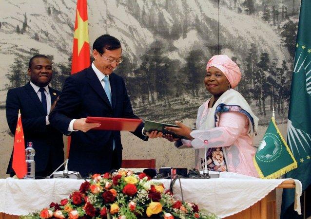 非盟代表恩科萨扎娜∙德拉米尼-祖马与中国外交部副部长张明2月1日在埃塞俄比亚首都亚的斯亚贝巴签署相关备忘录。