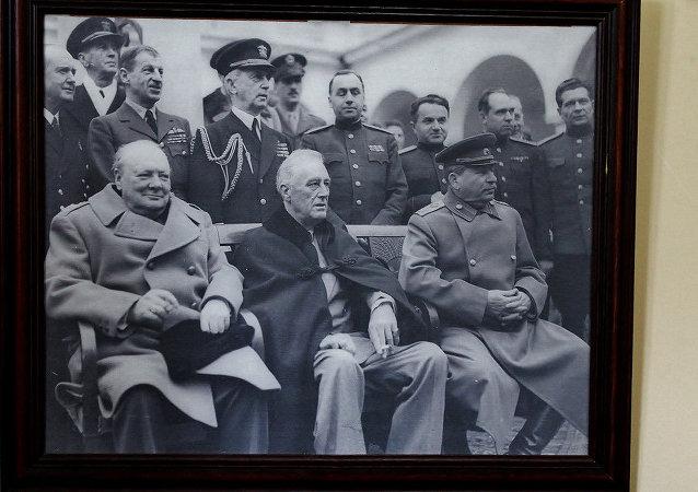 雅尔塔会议由反希特勒的三大同盟国家——苏联、美国、英国领导人于1945年