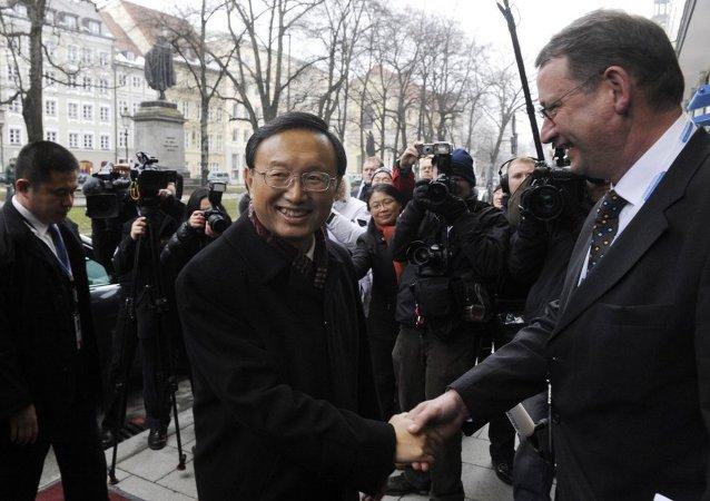 杨洁篪:中国主张和平解决乌克兰危机