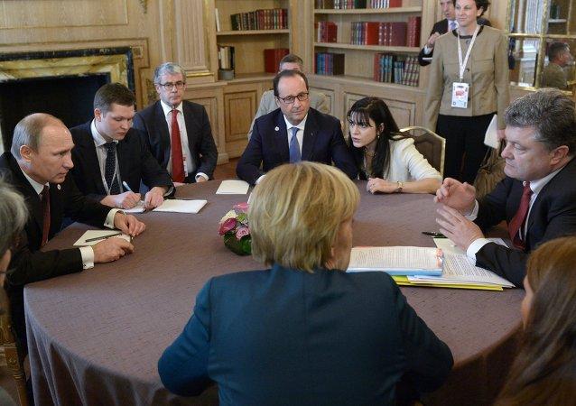 俄罗斯总统基米尔•普京,乌克兰总统彼得•波罗申科,德国总理安格拉•默克尔和法国总统弗朗索瓦•奥朗德 。资料图片。