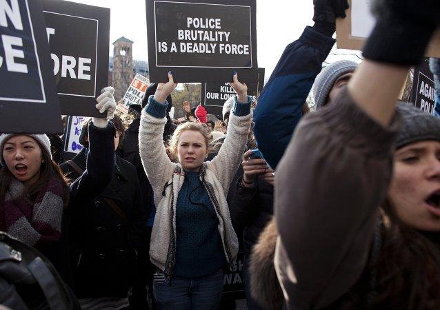 美国数百人抗议警察杀害手无寸铁的流浪汉