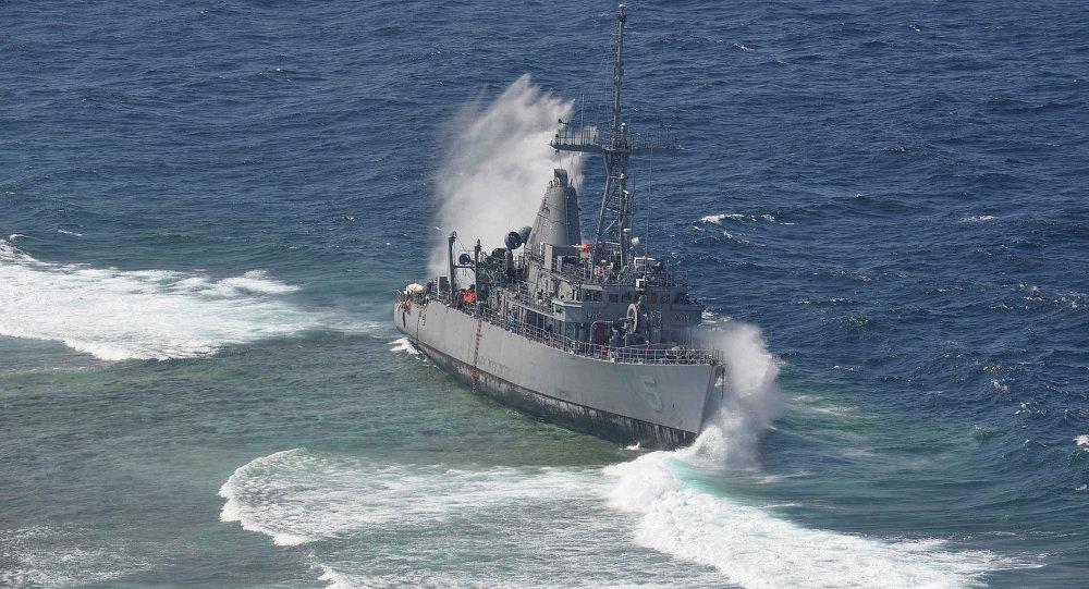 两艘英国军舰在停靠时撞上