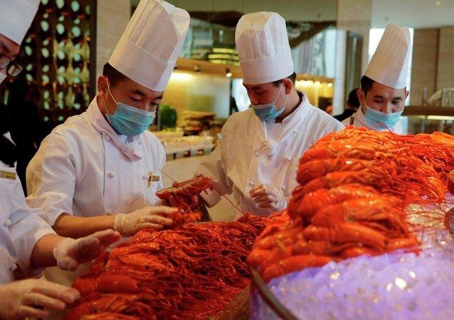 外媒:美國大龍蝦變成中國春節的美味佳餚