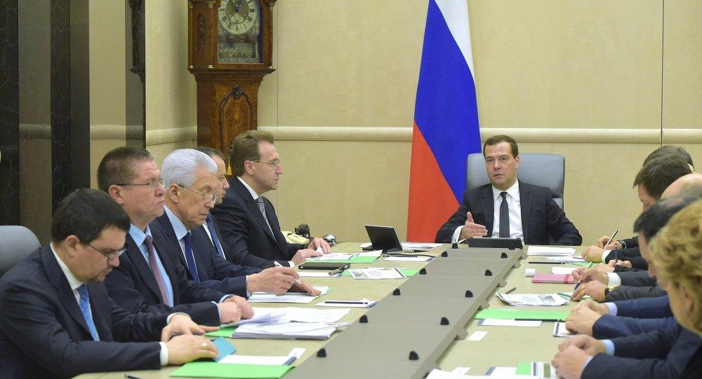 俄联邦总理德米特里•梅德韦杰夫在关调整联邦财政预算会议上
