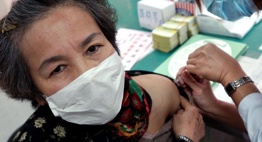 一名台湾老妪正在打疫苗