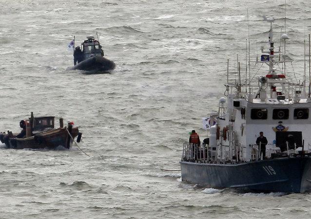 两名韩国货轮船员获救,搜救另外22人的工作仍在继续