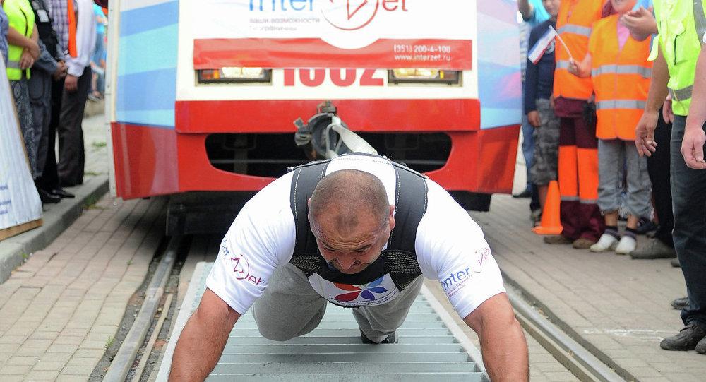 車里雅賓斯克運動員準備舉起700公斤重的駱駝