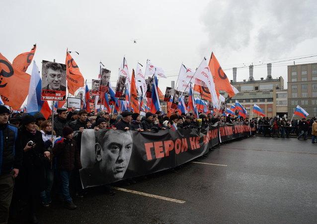 在莫斯科举行纪念鲍里斯•涅姆佐夫的哀悼游行
