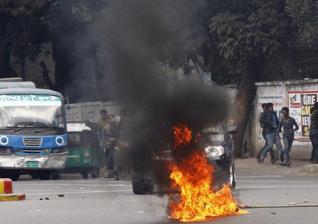 孟加拉国示威者纵火焚烧公交车致11死7伤