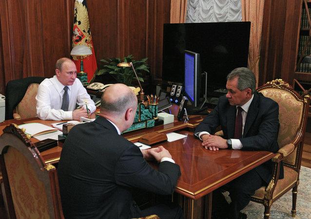 俄罗斯总统弗拉基米尔•普京在与俄联邦国防部部长谢尔盖•绍伊古及财政部部长安东•西卢阿诺夫进行会面时