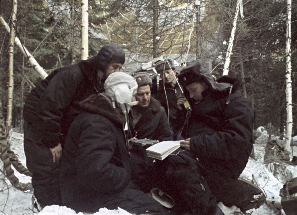 帕维尔•别利亚耶夫和阿列克谢•列昂诺夫在被救援队员找到之前被困在茂密的原始森林里几乎一昼夜
