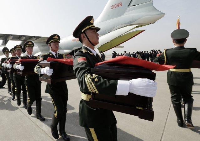 首尔向中国转交了朝鲜战争时牺牲的68名中国战士遗骸