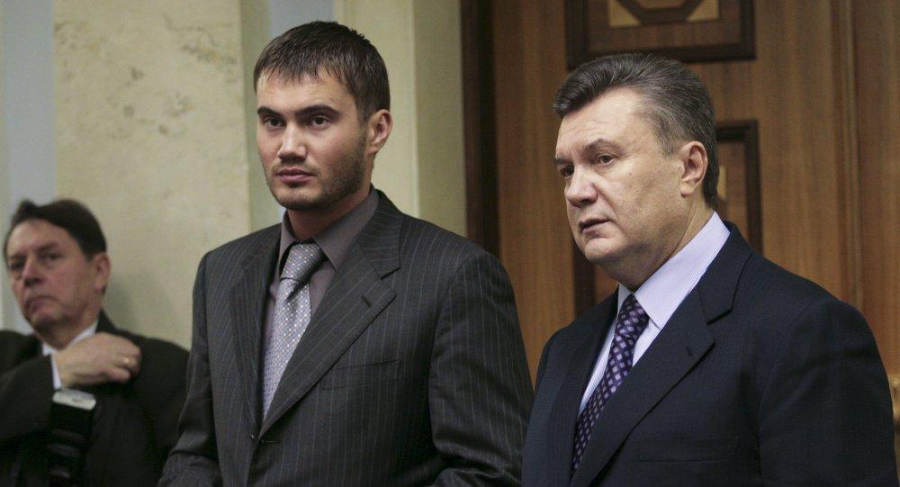 乌克兰前总统亚努科维奇(右)与他的儿子维克托