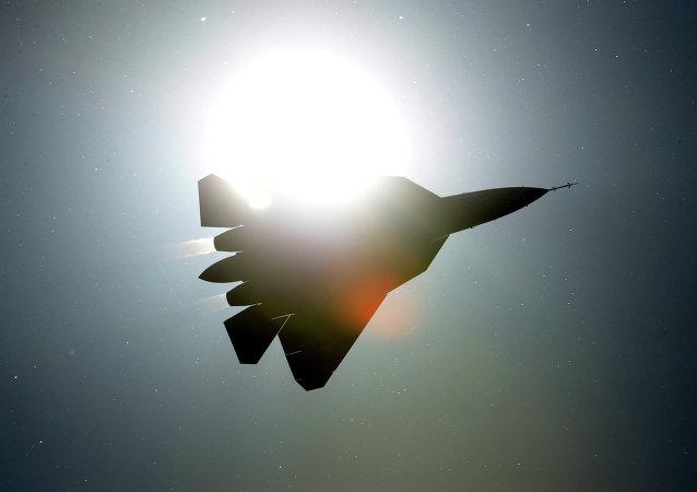 一架战机在美国加利福尼亚州海军基地附近坠毁 飞行员逃生