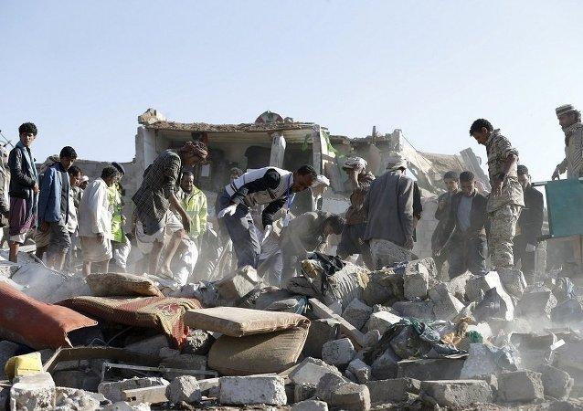 以沙特为首的联军飞机在也门空袭一群妇女
