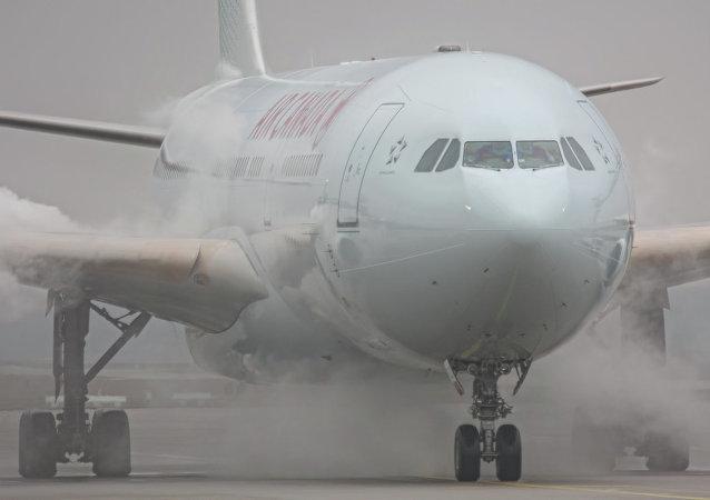 加拿大飞机紧急降落,25人被送往医院