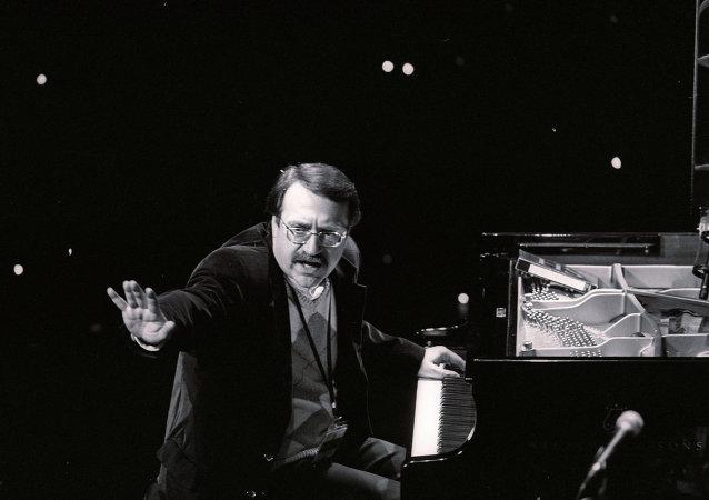 爵士钢琴家丹尼尔∙克拉莫
