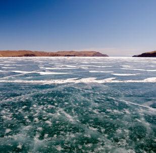 阿穆尔河上的冰层厚度足以让俄中冰球队开赛