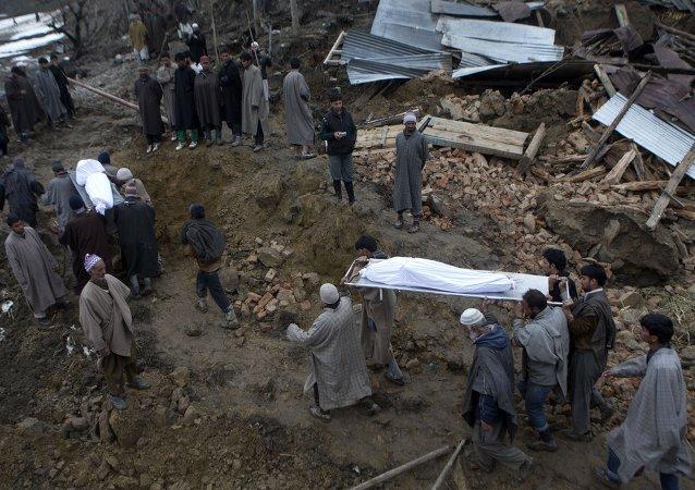 印度公交车落入峡谷造成35人死亡