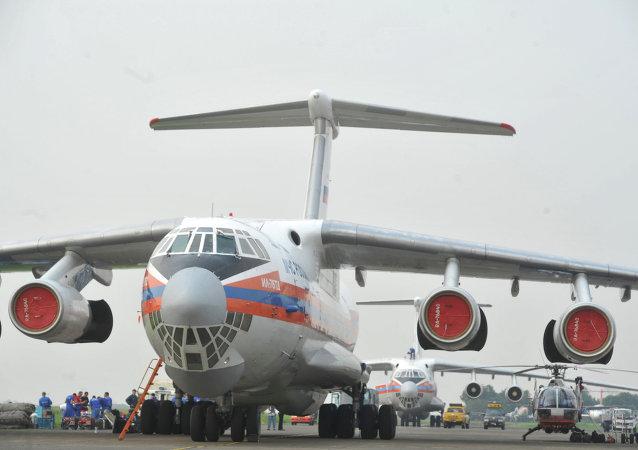 俄紧急情况部飞机向遭飓风袭击的瓦努阿图民众运送了人道主义救援物资