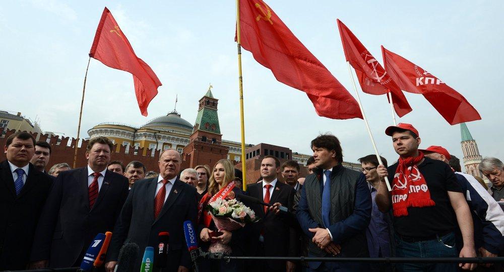 列宁生日当天俄共在列宁墓献花