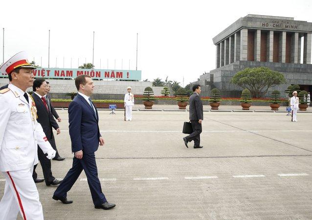 俄总理抵达越南对其进行为期两天的正式访问