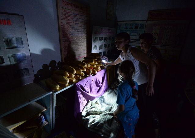 顿涅茨克戈尔洛夫卡市遭炮击 炮弹落入居民楼